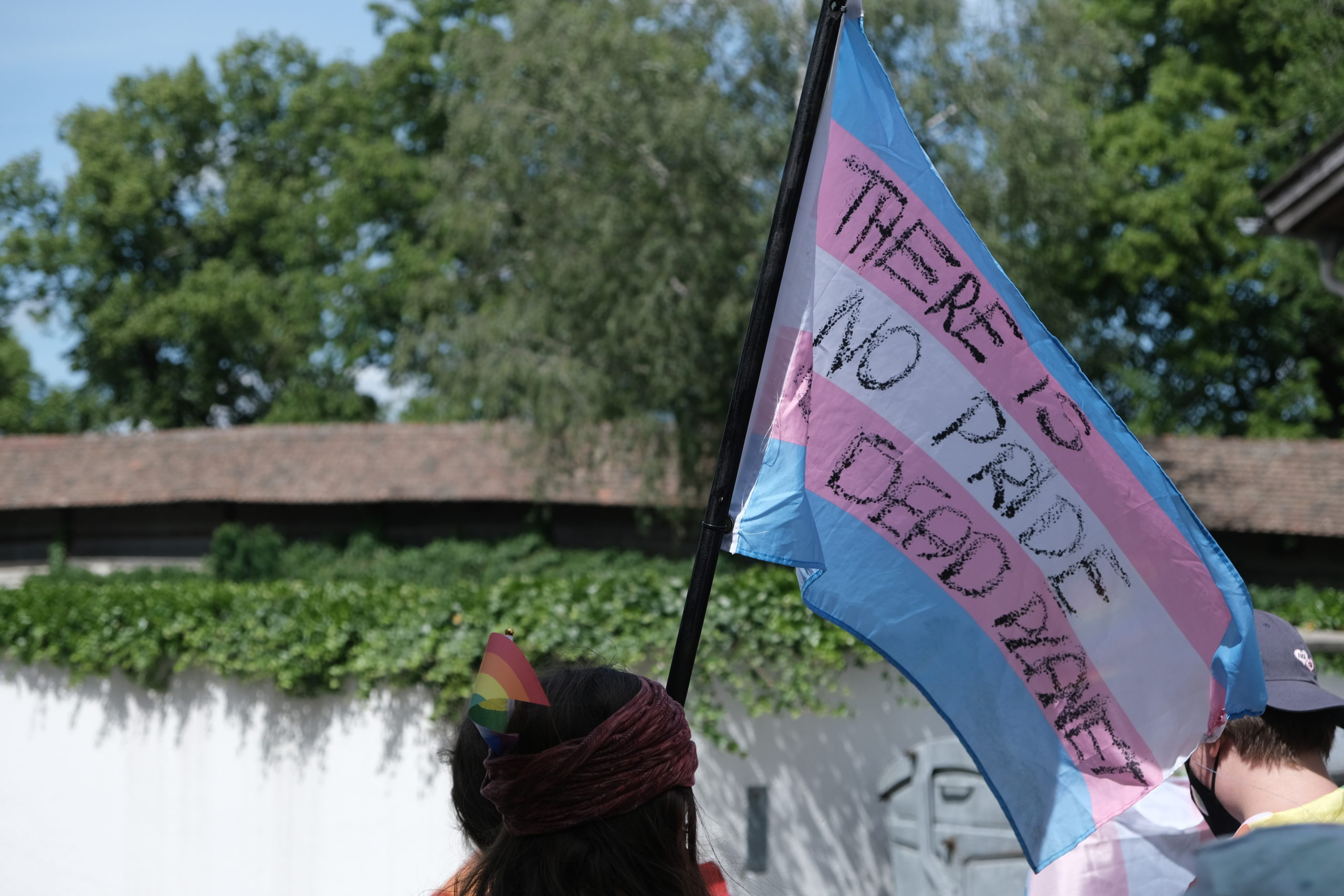 """Transfahne mit der Aufschrift: """"There is no pride on a dead planet"""""""